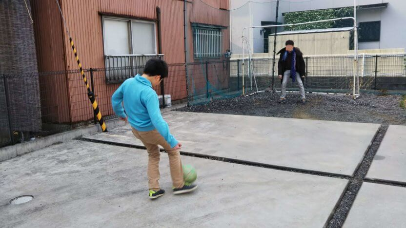 レオハウスの庭でサッカー