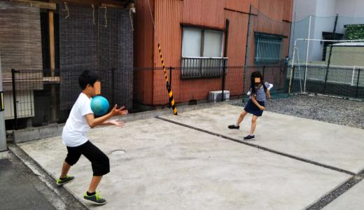 レオハウスの庭 ふわふわボールでドッチボールの練習