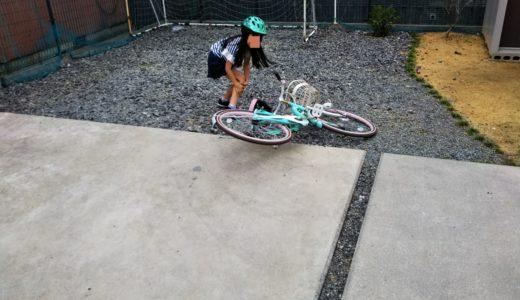 レオハウスの庭と分譲地の道路で長女が自転車の練習