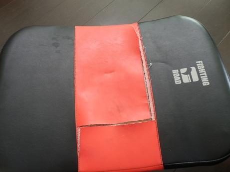 ファイティングロードのミットの表面のレザーが消耗