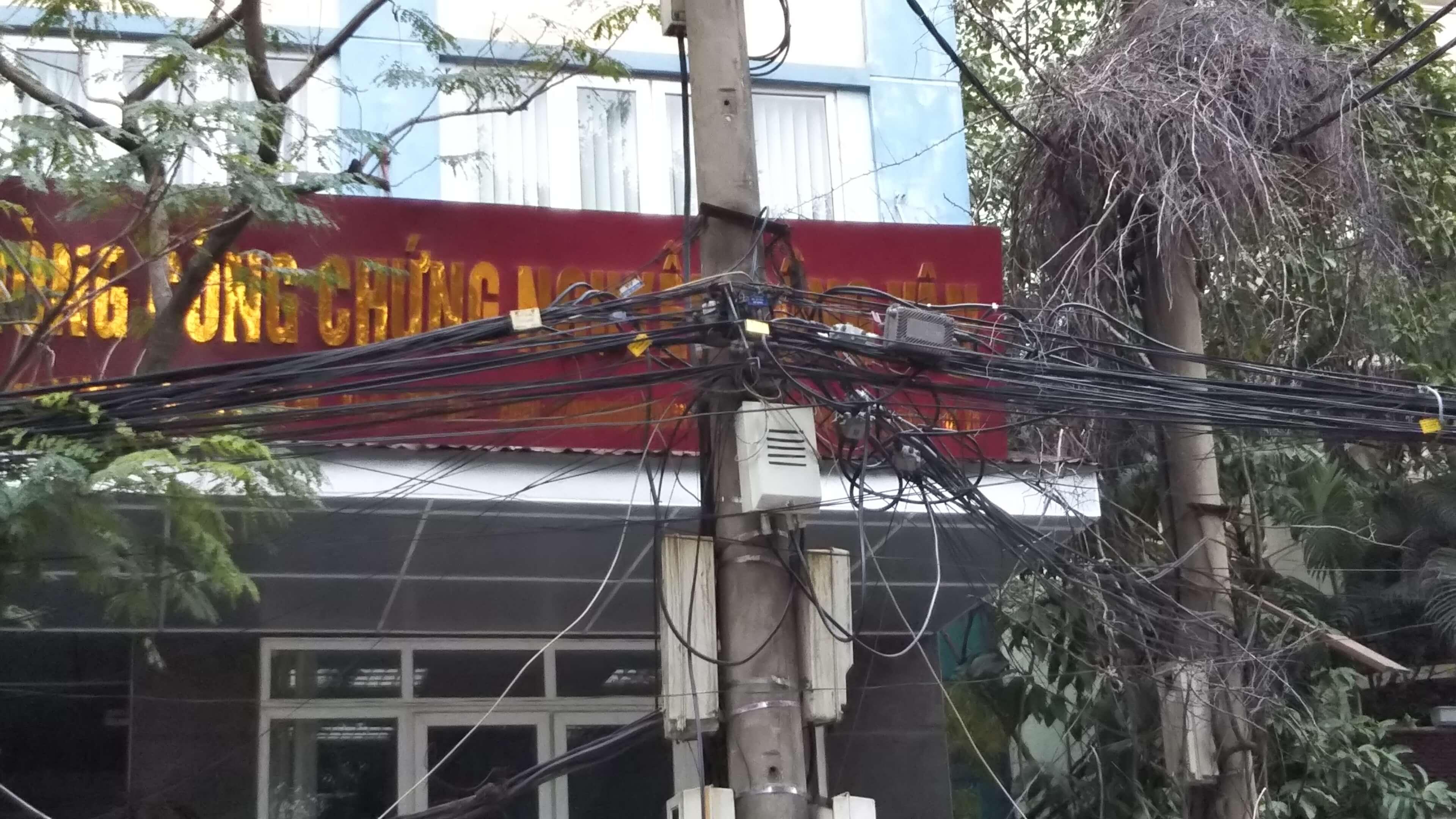 ベトナムハノイ雑な電線