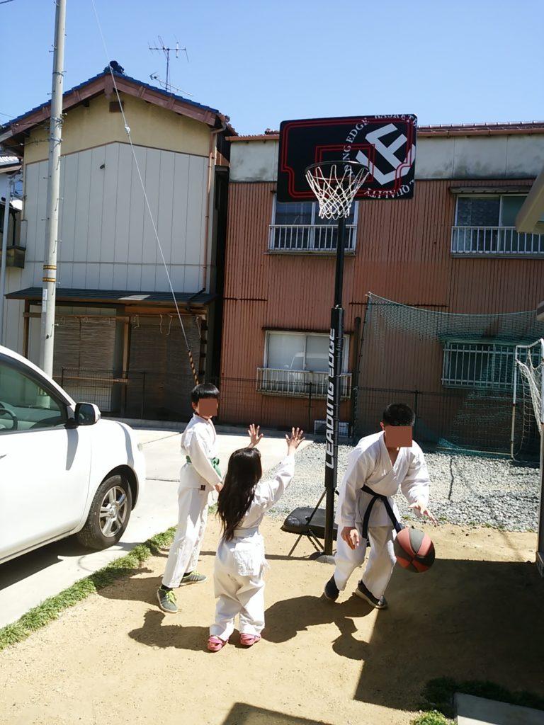 庭でバスケットボールを