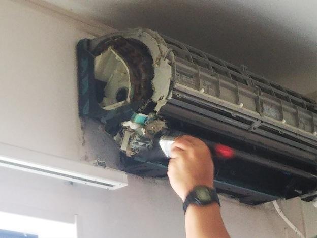エアコンクリーニング カバーを外したエアコン
