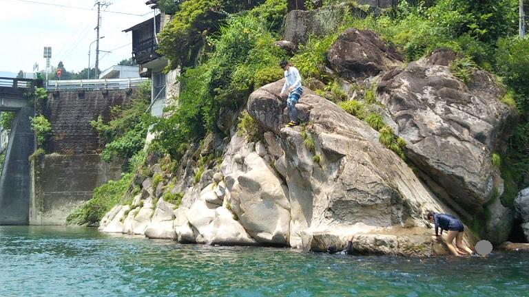 川で岩から飛び込む