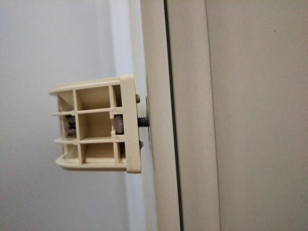 お風呂の扉 ネジを入れる