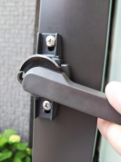 窓の鍵 カバーを外す